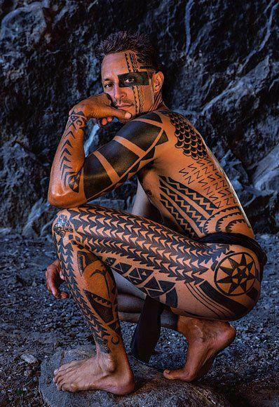 Stavební dělník Keli'iokalani Makua oblečený pouze domala neboli bederní zástěrky. Ukazuje tradiční tetování, které vypráví jeho životní příběh. Tetování je populární znak havajské identity, ale naobličeji je vzácné.