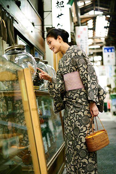 2016年 新作|竺仙 松煙染小紋浴衣 今年は松煙のお色を濃くこっくりと表現致しました。 唐草の花が強調され若さを演出しております。 飽きのこない菊唐草の柄はいつまでも大事にお召し頂ける逸品でございます。 ローズピンクに黄色の横縞が入った花織の半巾帯がぴったりと似合います。
