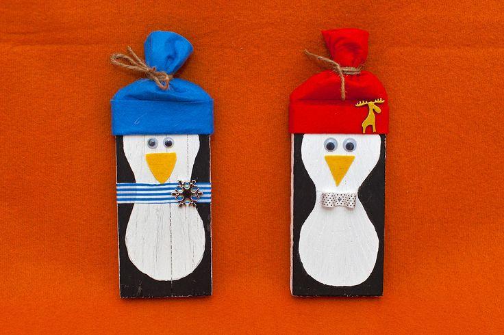 "Pingu"". Lemn recuperat din constructii, fetru, cu agatatoare. Inaltime: 21 cm. Pret: 20 lei. Idea, handpainted, handmade, wood, wood crafts, reclaimed, diy, decor, diyromania, shabby chic, Christmas, decorations."