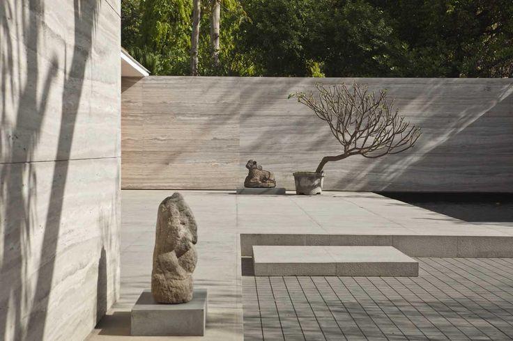 Travertine walls + sculptures - Amrita Shergil Marg House, by ERNESTO BEDMAR ARCHITECTS