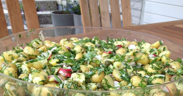 Fransk potatissallad. S å här på sommaren passar en kall potatissallad till allt! Vi gör oftast den här franska potatissalladen. Mums! ...