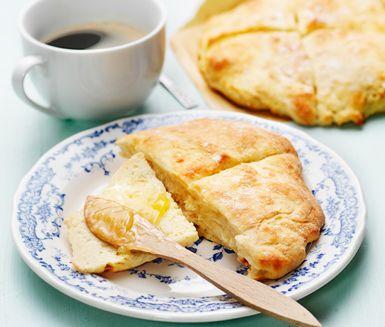 Scones är en av längdåkaren Anna Haags favoriter till frukost. Här får du hennes recept, med dinkelmjöl och soyayoghurt. Lätta att baka med bakpulver och klara på ca 10 minuter i ugnen. Nygräddat på ett kick till frukost varje morgon! En bra start.