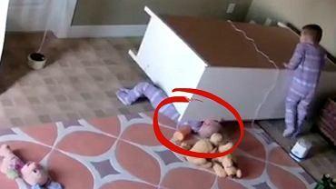 Na dwulatka spadła komoda. Uratował go brat bliźniak. Rodzice opublikowali nagranie