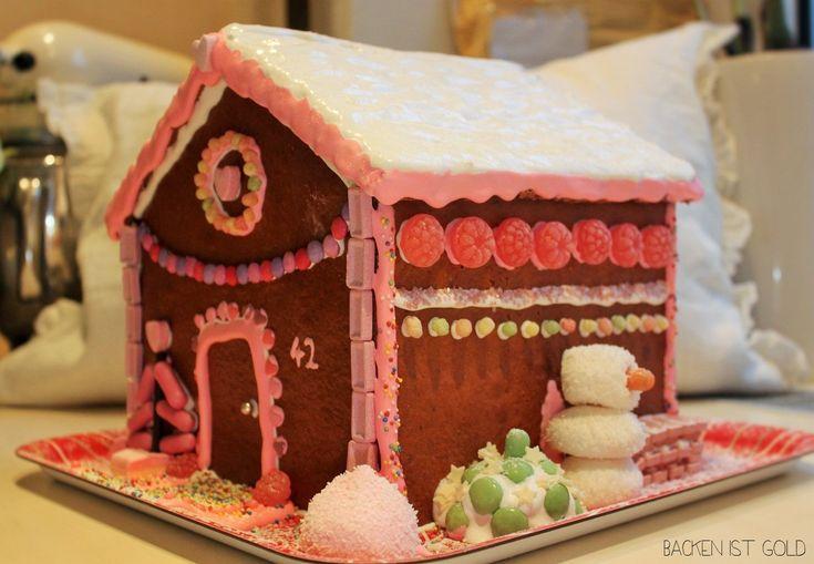 Selbstgemachtes Lebkuchenhaus in Rosa.