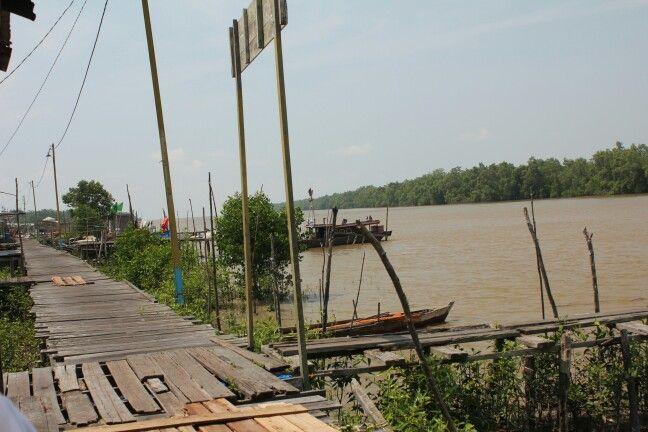 Melihat sungai dari salah satu Bibir Desa Kuala Patah Parang