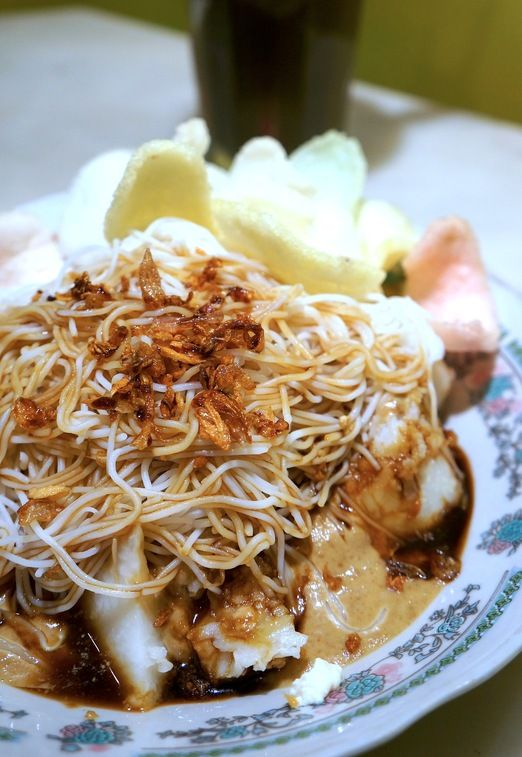 KETOPRAK: Made of rice noodles, fried tofu and bean sprouts and served with garlicky peanut dressing, sweet soy sauce and crackers, ketoprak is one of Jakarta's favorite breakfasts – though many have it for lunch as well | Text & photo © Keshie Hernitaningtyas