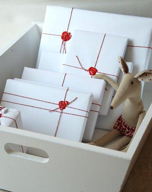 El clásico papel de embalar blanco adornado con cordón y sello de lacre.