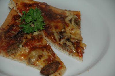 Pizza med biffstrimler, kjøttboller og rødløk