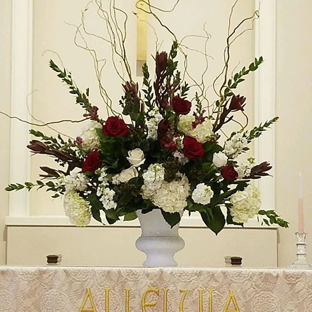 Gorgeous red and white wedding florals!! #twinbrookfloraldesign #churcharrangements