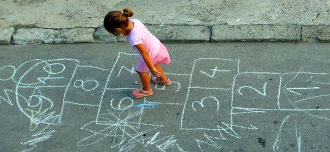 Visst kan vi tro att barnen av idag inte är ute och leker lika mycket som för några år sen, och det kanske med rätta? Dock så torde många av nedanstående saker förmodligen fortfarande existera i sin kreativa enkelhet….. . .  Ja, visst har vi väl vikt en och annan pappersloppa? . . Detta …