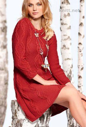 Вязаное спицами красное платье с косами и рукавами 3/4. Слегка приталенное платье с узором из «кос» и «итальянской» длиной рукава - оптимальная модель для