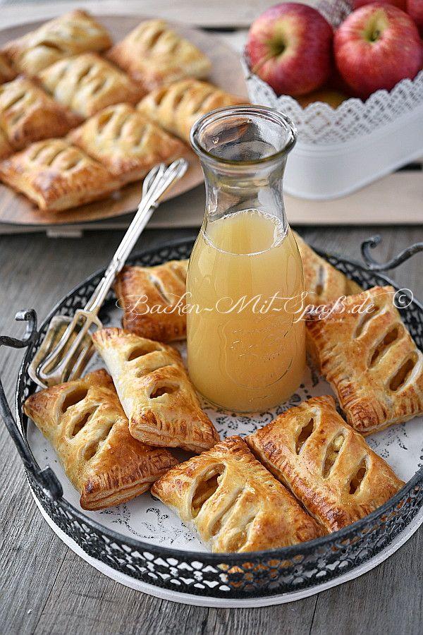Leichte, knusprige Apfeltaschen aus Blätterteig. Sie sind leicht süß und einfach und schnell zuzubereiten. Zutaten für ca. 16 Stück: 2 Päckchen Blätterteig (je ca. 275g) 3 mittelgroße Äpfel 2 EL Zitro