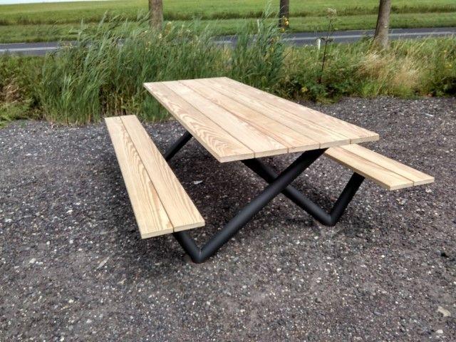 Tuintafel WinWin. de naam voor het ontwerp van deze park/tuin/picknick tafel is de WinWinTafel vanwege alle W's die je in de poten ziet als je er onder ver