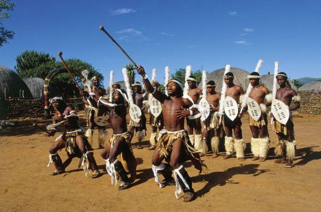 """Danza tradizionale """"Ngoma"""" in un villaggio zulu"""