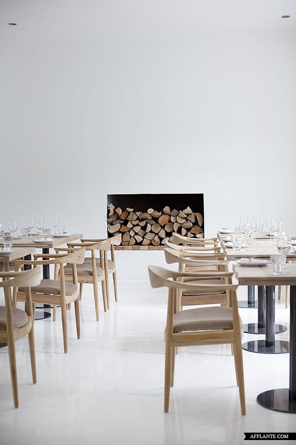 I love the combination of white abstract space and classic modern wooden furniture, in this case Hans Wegner's 'The Chair' (1949) nowadays made by PP Mobler as PP501/503.