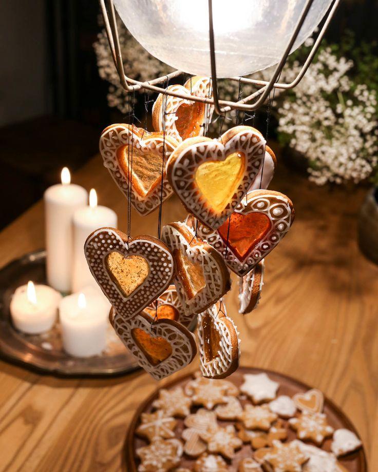 Gingerbread decorations. Windows made with gummy bears http://www.lily.fi/blogit/isyyspakkaus/joulun-kauneimmat-koristeet-piparkakuista