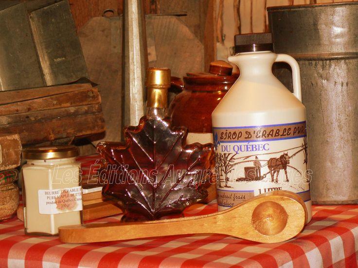 Dans les contenants, de gauche à droite : beurre d'érable, sirop d'érable en bouteille en forme de feuille d'érable (tourisme, exportation), sirop d'érable en cruche (plastique). Au premier plan, une «cuillère». Cet objet est en quelque sorte au Canada, ce que les castagnettes sont à l'Espagne. En d'autres termes, ces cuillères en bois servent à mettre un peu d'ambiance dans les repas traditionnels de cabane à sucres.