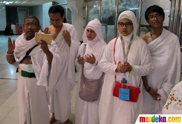 Jokowi bersama keluarga berdoa di Masjidil Haram.