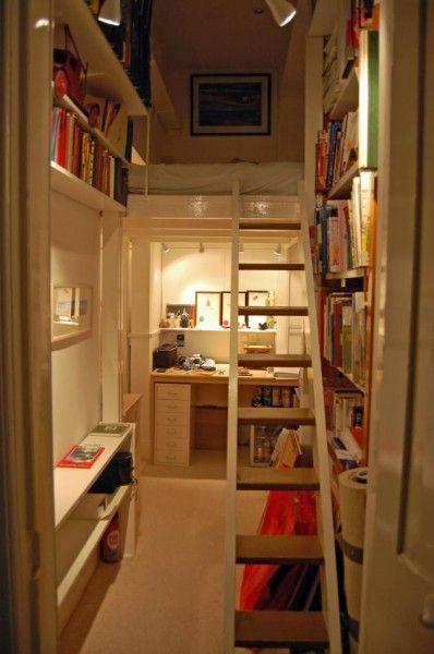 隠し扉の向こうのコンパクトな書斎とロフトベッド。日本の住宅事情にはロフトベッドはぴったりなのではないかと思いつつ、床に寝る文化だから難しいのかな、とも。本とロフトベッドの組み合わせについピンしてしまいました✴︎ #インテリア #ロフトベッド #書斎