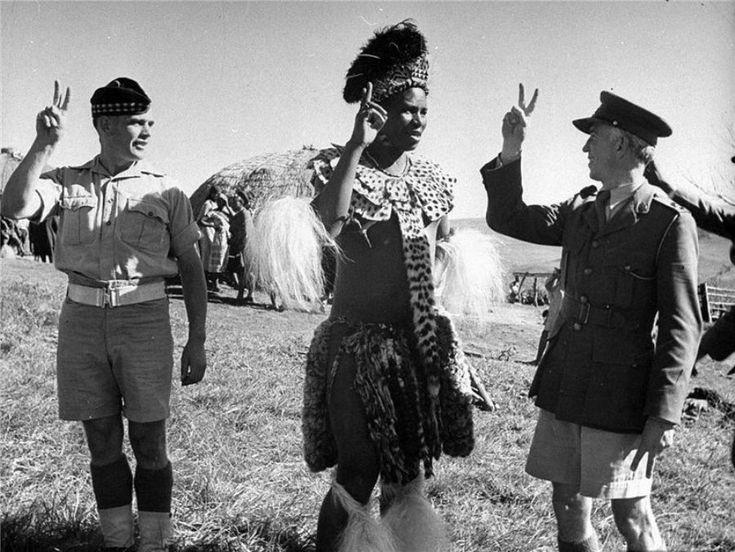 Вождь племени Квазулу, в присутствии южно-африканских офицеров, объявляет войну Германии, Южная Африка май 1943г.