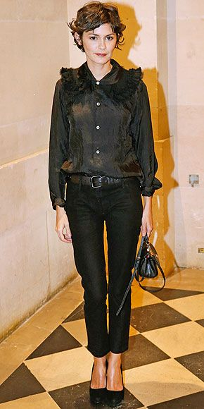 The actress's signature quirk is at work again! She wears a silky button-down with an extra-fluffy extended collar to ...
