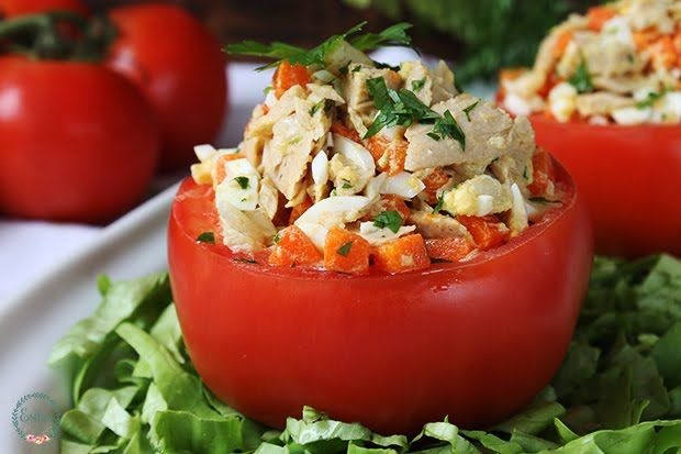 Tomates rellenos de atún, huevo y verduras. Ahora que los tomates del huerto están en todo su esplendor, hay que aprovechar y tirar de ellos para darle salida a tanto exceso, estos s...