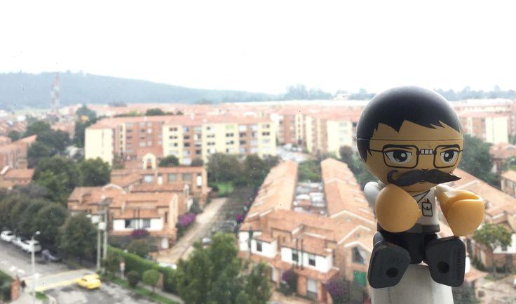 Alex mostacho 😳😉 Y detrás casas Bogotanas.