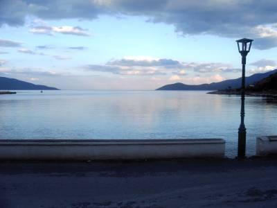 De avond valt in Eufimia. Zeilvakantie Levkas/Ionische zee. 2004.