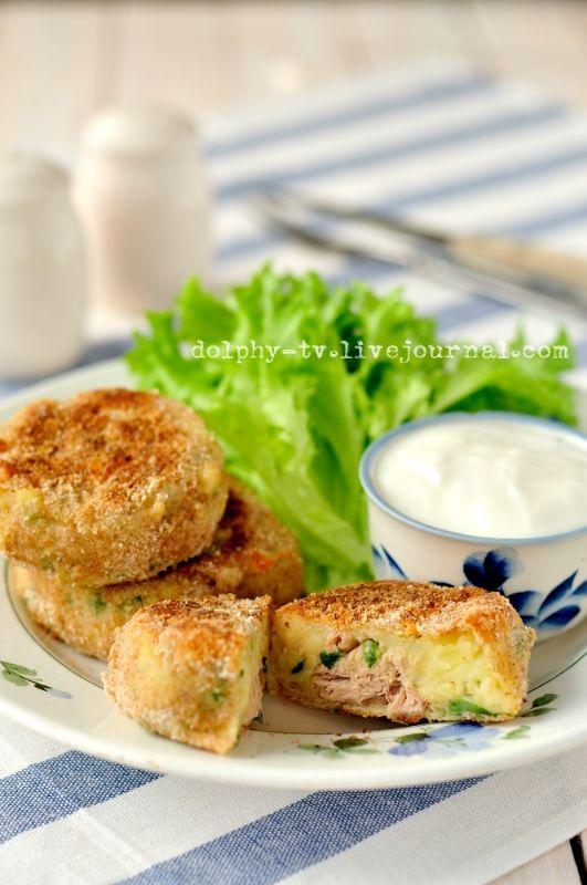 Готовятся с консервированным тунцом в собственном соку. Вкусно! :) Котлетки из картофеля и тунца Ингредиенты (на 10 шт.) : Картофель - 800 г Тунец в с/с - 185 г Сыр (тертый) -…