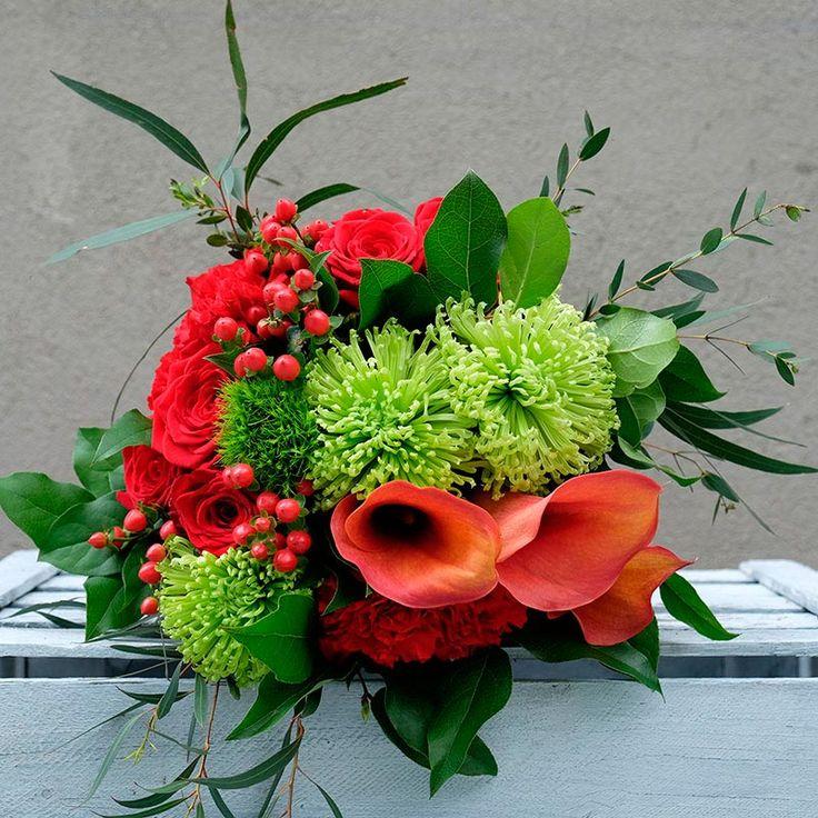 La elegancia natural de las calas unida al rojo intenso de las rosas y los claveles, hacen del ramo Capitán una opción perfecta para declarar tu amor o celebrar un aniversario.