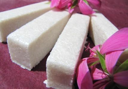 """Recette : Shampooing Shinyssime Ylang & Géranium - Ce shampooing """"barre"""" est particulièrement conseillé pour illuminer les chevelures manquant d'éclat. Enrichi en huile essentielle d'Ylang-ylang et en protéines de Soie, il rendra vos cheveux plus souples, soyeux et brillants."""