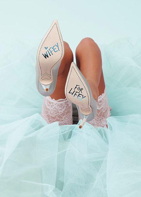 Zo breng je kleur in je bruiloft! - Famme.nl #pumps #heels