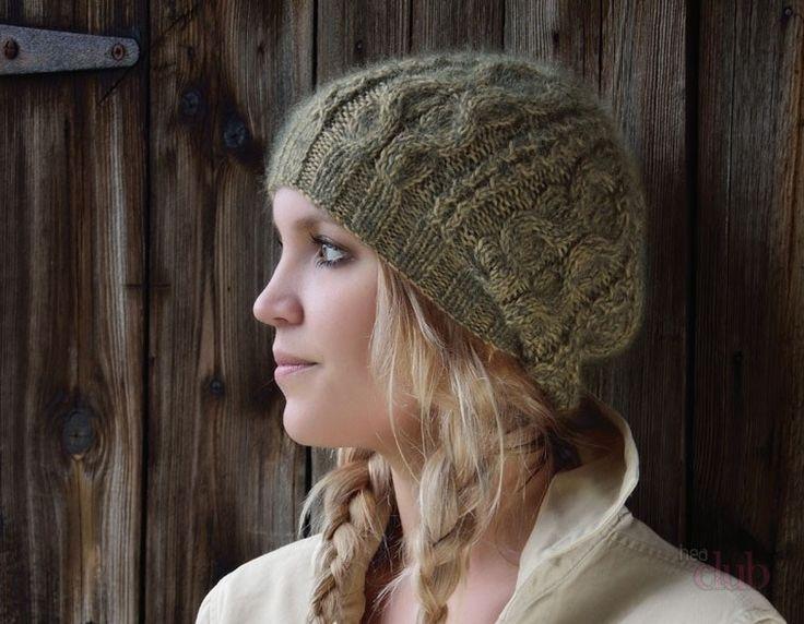 Вязаный спицами берет с косами на блондинке