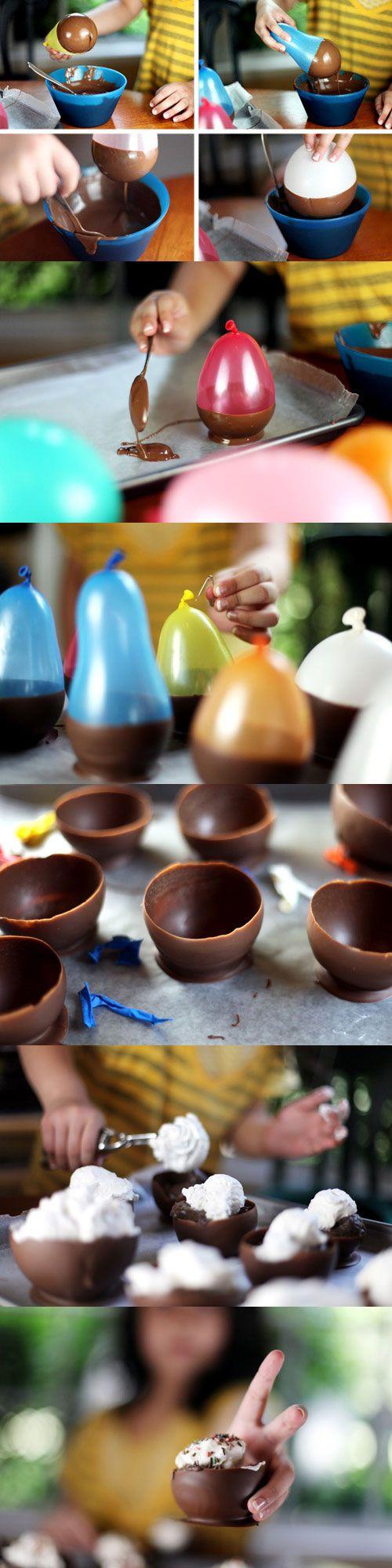 Eetbare schaaltje van chocolade. Smelt de chocolade au bain marie. Laat het wat afkoelen. Dep de ballon in de chocolade en doe het een paar minuten in de koelkast tot het hard geworden is. Voer deze stap meerdere malen uit totdat het dik geworden is.Als de chocolade hard geworden is, prik de ballon met een naaldje en haal deze ballon eraf.Vul het schaaltje met vers gesneden fruit en ijs.Voila!