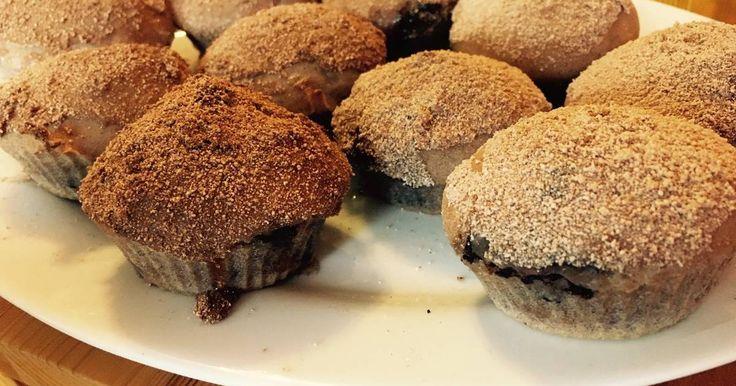 Mennyei Meggyes-csokis muffin mézes fahéjas cukorral borítva recept! Húsvét után a megmaradt csokinyuszit kamatoztattam egy muffinsütibe a maradék mirelit meggyel, ami megmaradt. A fahéj pedig mindig igazán nyerő ízvilág sütemények esetében.