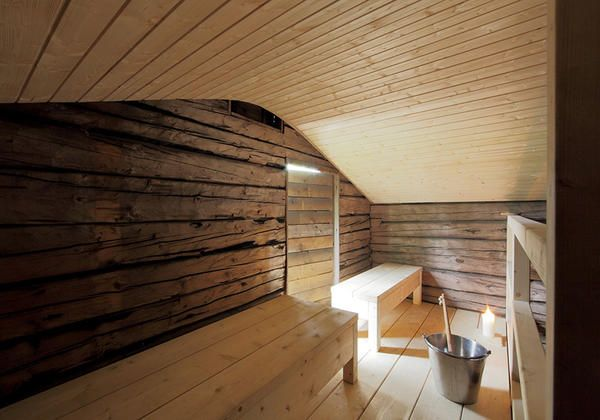 A wooden finnish sauna in an old barn in the woods - Elle Decor Italia