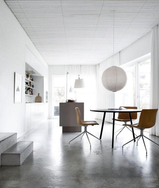 Küche Mit Kochinsel Puristisch Holzstühle Pendelleuchte Einbau Schränke
