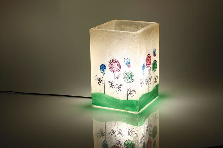 Straight Up - hanging/table lamp (2 designs) Χειροποίητο φωτιστικό απο fiberglass. Μπορεί να χρησιμοποιηθεί ως επιτραπέζιο ή φωτιστικό οροφής.  Χρώματος λευκού/natural στο background, με πολύχρωμο design.  Διαστάσεις: 20 x 20 x 30cm  Το φωτιστικό διατίθεται με ντουί E27, οπότε μπορεί να δεχθεί όσα Watt χρειάζεστε για τον χώρο σας, καθώς και λάμπες οικονομίας, led, ή λάμπες που ντιμάρονται.