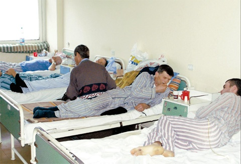 Sute de vasluieni au ajuns la medic în mai puţin de o săptămână din cauza virozelor şi a pneumoniilor.    Aproximativ 1.500 de cazuri de viroze şi pneumonii au fost confirmate, în ultima săptămână, în judeţul Vaslui. Potrivit unui raport al Direcţiei de Sănătate Publică Vaslui, două treimi dintre afecţiunile respiratorii acute s-au înregistrat la copii sub 14 ani.