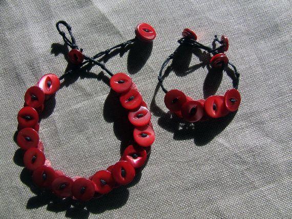 Collare e/o bracciale realizzati con grappoli di di nodiEbottoni
