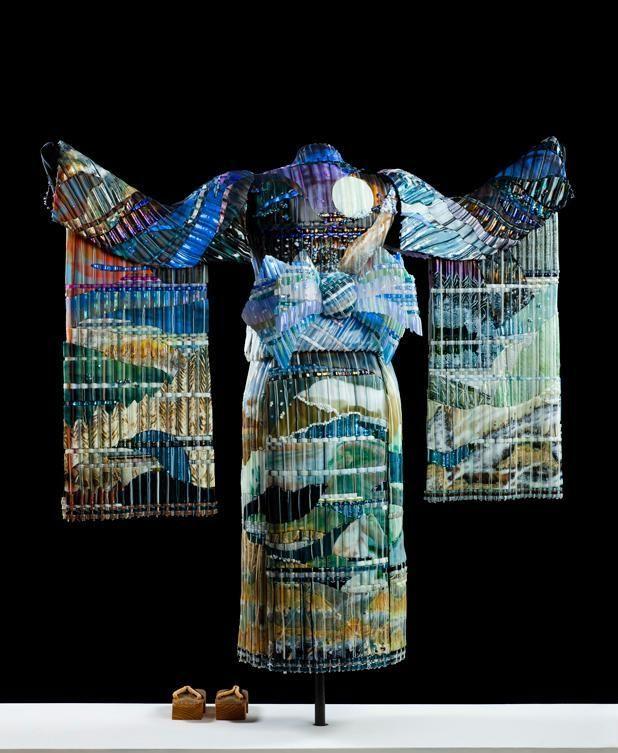 «Осенний закат». В кимоно показано изменение осеннего ландшафта. Оно сделано из 19  отдельных кусков стекла, поддерживается манекеном из металла, весит 125 фунтов(56,7 кг) это кимоно – крупнейшая тканая стеклянная скульптура.Эрик Марков и Том Норрис
