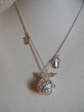 Le bola de grossesse, long collier descendant jusqu'au ventre, est conçu spécialement pour les femmes enceintes.  Il est d'usage courant en Indonésie et au Mexique. Le bola de - 16619779