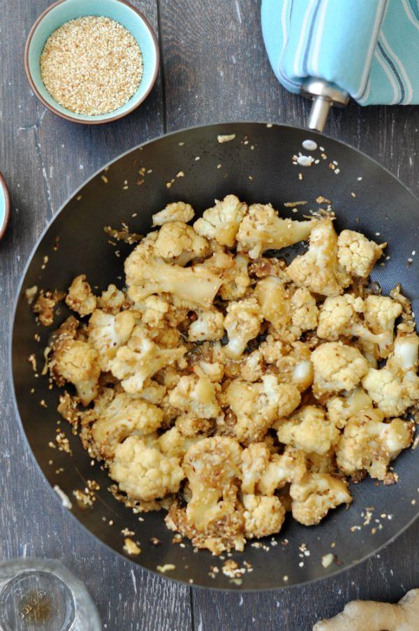 Szezámmagos-fűszeres karfiol Fűszeres, kicsit keleties ízvilágú vacsora tipp hűvös, téli estékre.