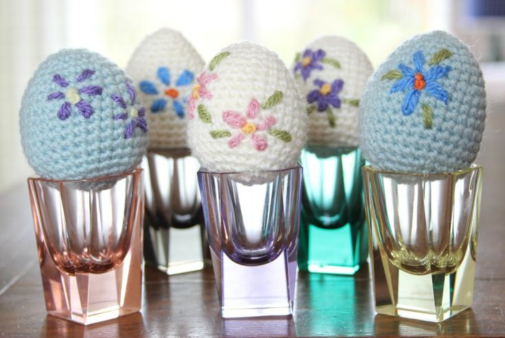 I'm fairly sure Easter only exists still because of chocolate. And since Easter has my favourite sort of chocolate, I am here to celebrate it with a little bit of crochet. Mini eggs and creme…