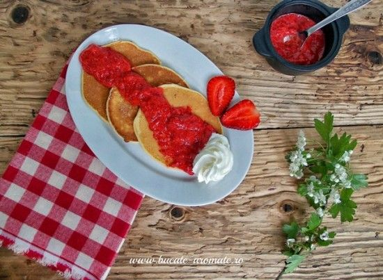 pancakes cu capsuni
