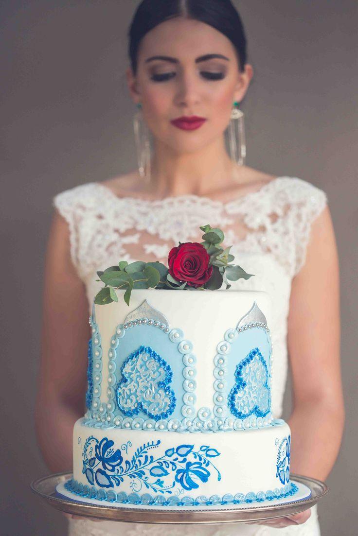 Russian inspired blue & white wedding cake Photo: Kusjka du Plessis Cake: A Cake Story
