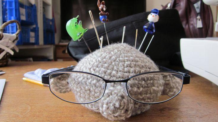 Mosters nålepude og brilleholder.