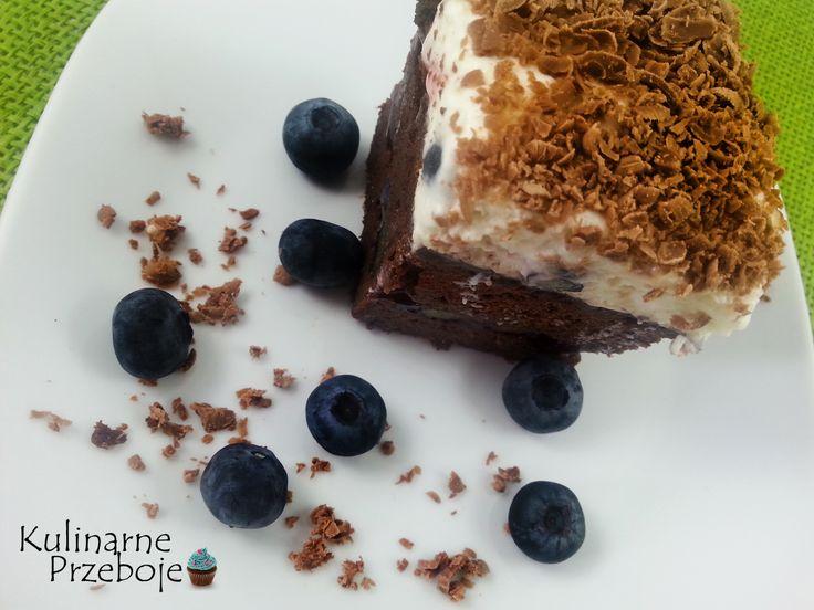Kawowe ciasto z borówkami, galaretką i bitą śmietaną