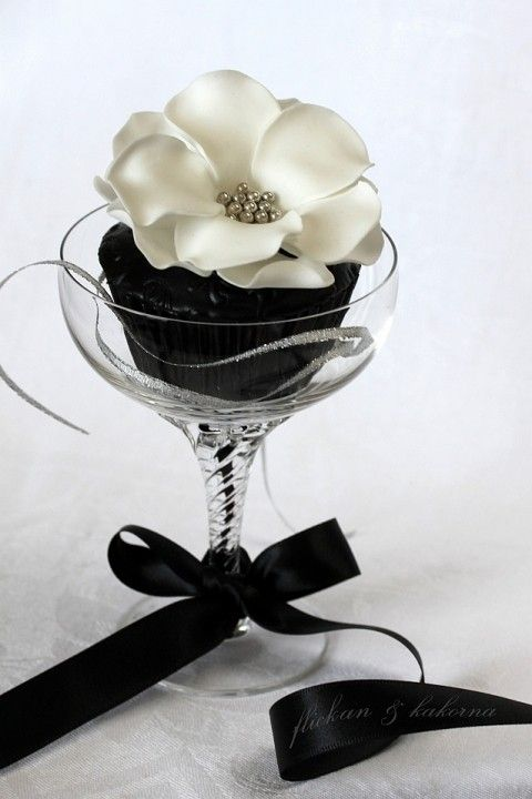 : White Flower, Black Cupcake, White Wedding, Flower Cupcake, Black And White, Black Wedding, White Cupcake, Black White, Wedding Cupcake