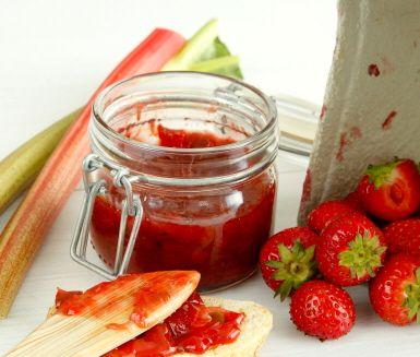 Fräsch och god sylt med smak av jordgubbar, rabarber och vanilj. Denna goda jordgubbs- och rabarbermarmelad med vanilj tillagar du relativt enkelt och tillagningstiden är cirka 45 minuter. Förvara sylten svalt i glasburkar.